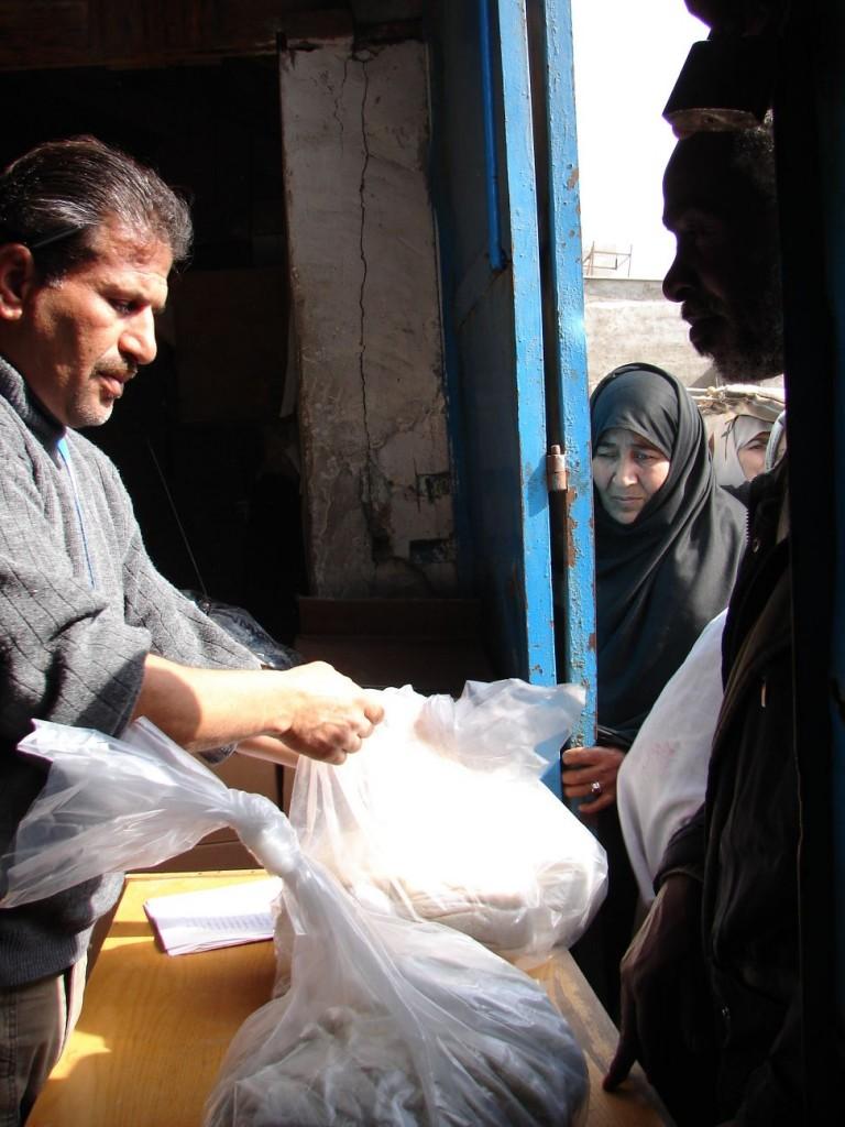 Distributing aid Photo : EC/ECHO/Daniela Cavini