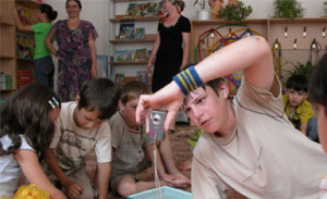 Le gagnant du concours de photographies, Magomed, prend des clichés de la réalité quotidienne que rencontrent les enfants tchétchènes. Photo : EC/ECHO/Daniela Cavini