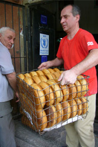 Bread being unloaded at one of the distribution points. Photo : ECHO/Daniela Cavini