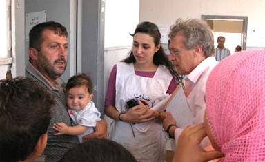 Jean-Claude Heyraud, head of ECHO's operations in Lebanon, meets people displaced by the conflict. Photo : EC/ECHO/Daniela Cavini